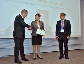 Prof Banci accepts her award from Rudi Weisseman (Bruker BioSpin) and Dr Stephen Cusack (EMBL